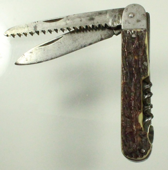 pocket knife with simulated stag scales and mechanisme to un