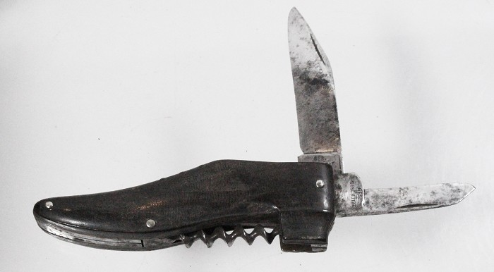 German shoe-shaped knife marked GES GESCHÜTZT on tang